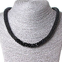 Ожерелье черного цвета из бисера со вставкой из глянцевых бусинок