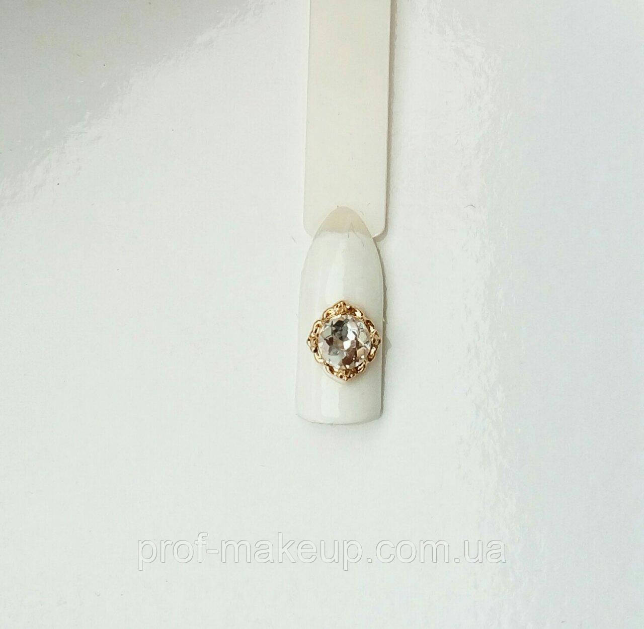 Украшение на ногти 3D,квадратик с камнем хамелеон в золотой оправе.