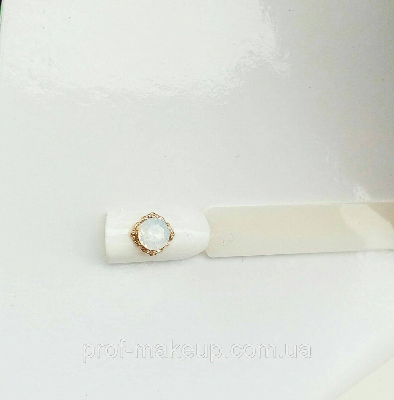 Украшение на ногти 3D лунный камень в золотой оправе.