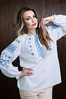Красивая белая вышитая рубашка свободного кроя, с синим орнаментом