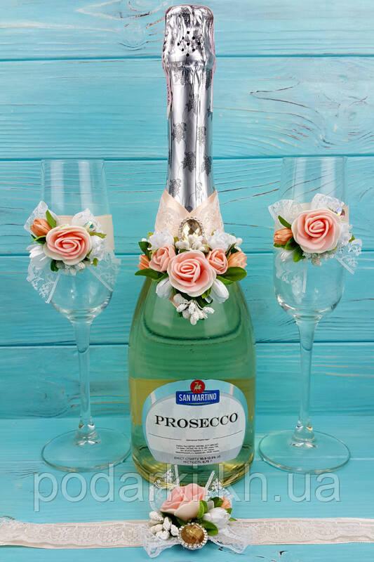 Свадебные бокалы и шампанское с цветами