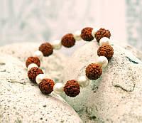 Браслет из плодов Рудракши с бусинами под жемчуг