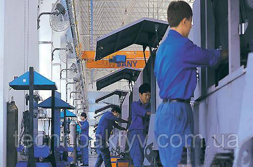 Рабочие в производственном цеху