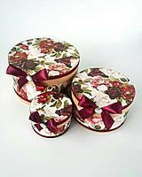 Круглая подарочная коробка ручной работы с насыщенными цветами и стразом