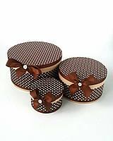 Круглая подарочная коробка ручной работы коричневого цвета в белый горошек