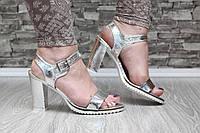 Босоножки серебристые на каблуке, фото 1