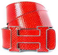 Брендовый женский ремень HERMES копирующий структуру кожи змеи в красном цвете с оригинальной пряжкой (11262)