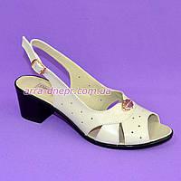 Женские босоножки на каблуке, декорированы фурнитурой. Натуральная кожа бежевого цвета,38 размер