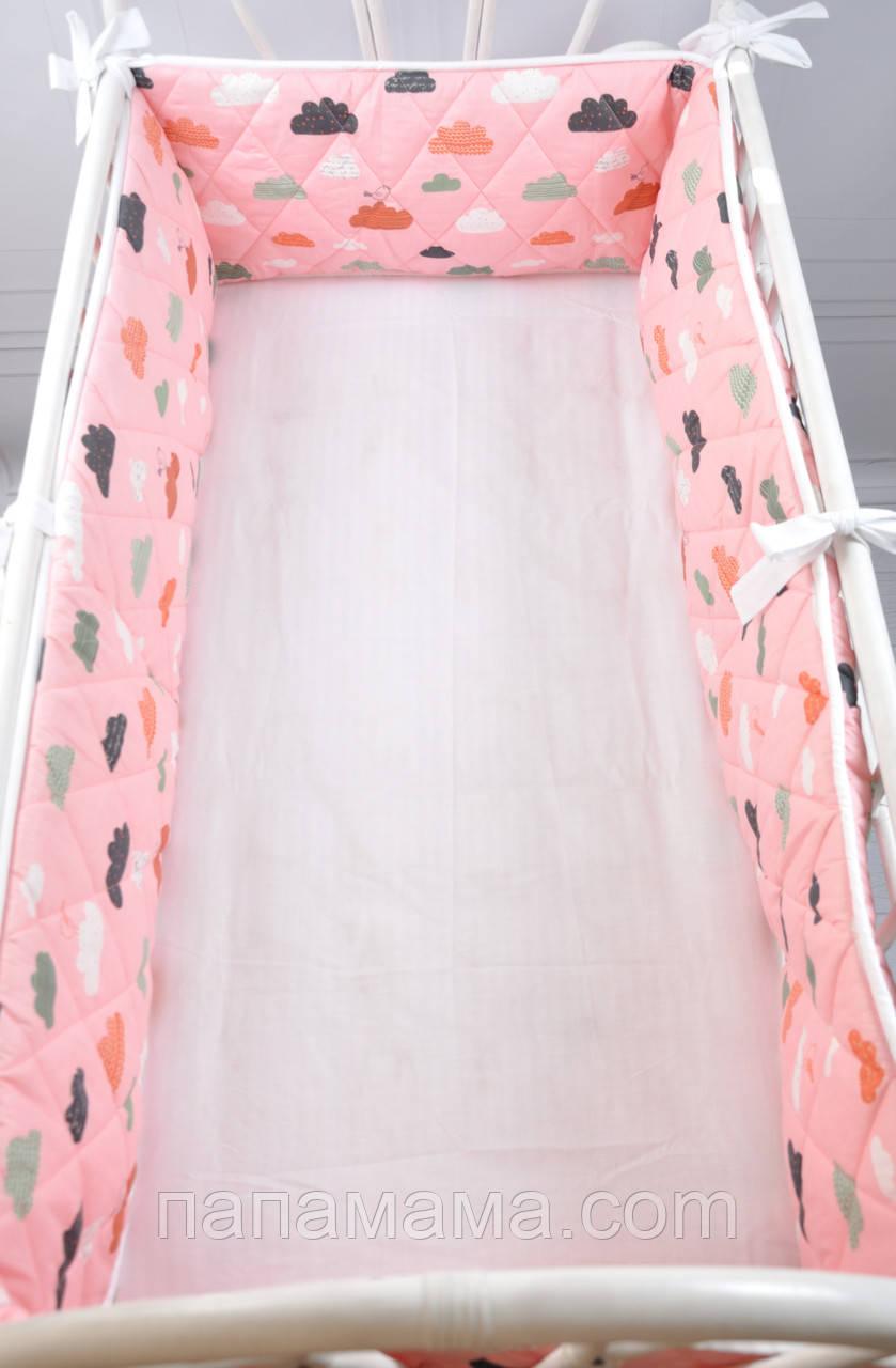 """Бортик-защита в кроватку """"Улитка"""", Облачка на розовом, на всю кроватку"""