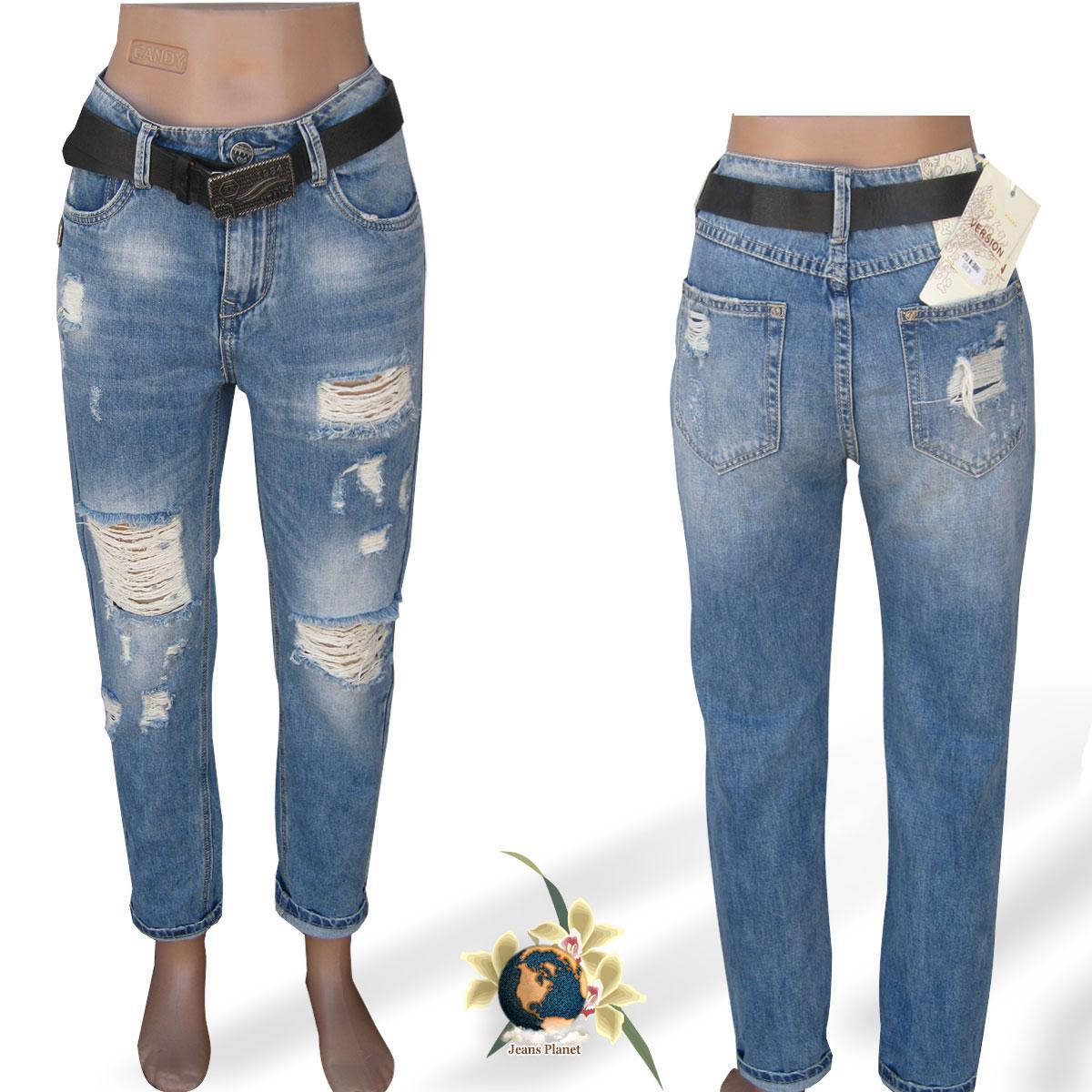 Рваные женские джинсы Mom Version светло-синие  28 размер