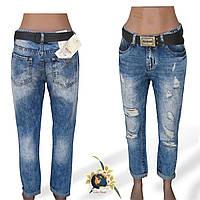 Рваные женские джинсы Mom Version голубого цвета.