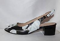 Женские летние кожаные босоножки на низком каблуке в цветочный принт