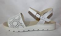Белые летние женские кожаные босоножки с перфорацией