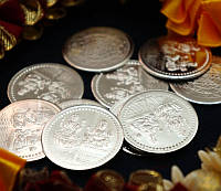 """Монета алтарная """"Кубера и Лакшми"""" белый металл (3 см)"""