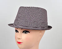 Оригинальная шляпа в модный принт