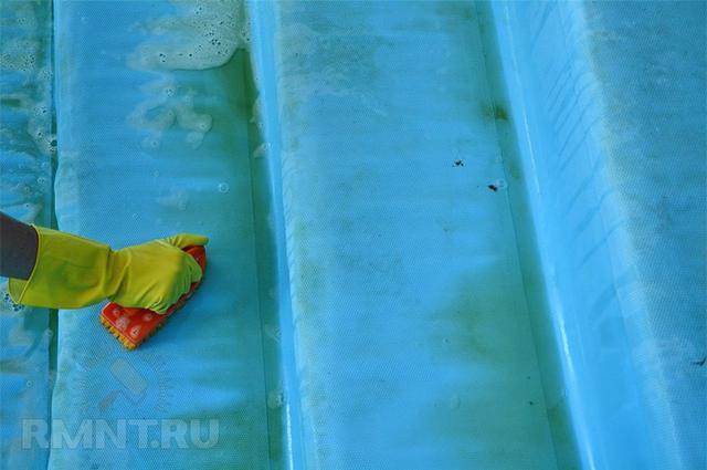 скользкие ступени в бассейне