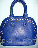 Маленькая сумочка  украшена по контору камня синего цвета