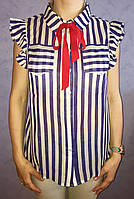 Женская шифоновая блузка в вертикальную полоску с оборками на пуговицах с красной завязкой тренд 2017 года