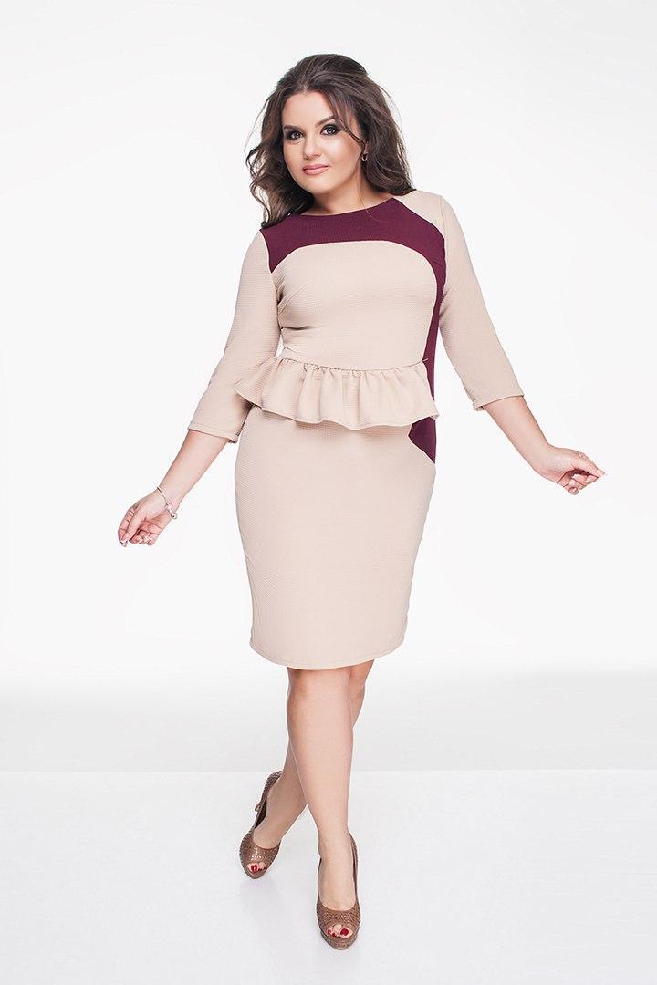 73aa364741e0 Красивое женское бежевое платье батал с бордовыми вставками и воланами на  талии. Арт-1297