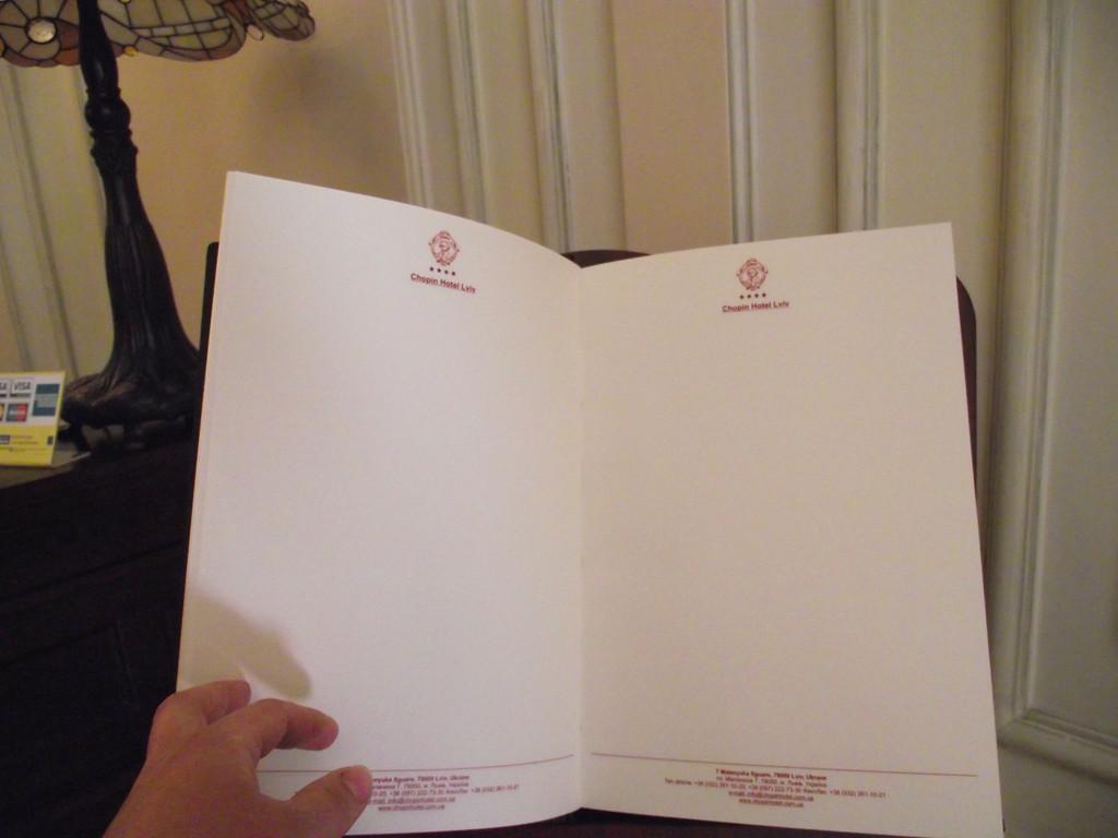 Достаточно плотная визиточная бумага высшего качества, прошивка блока производится мастерами вручную