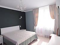 Спальня 1: оформление комбинированные шторы, тюль,комбинированное покрывало.