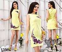 Короткое летнее платье из льна декорировано принтом орхидей.