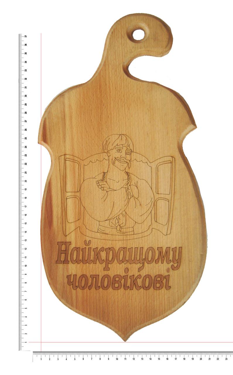 """Доска сувенирная с выжиганием мужчины в окне с надписью """"Найкращому чоловікові"""" 19х39 см"""