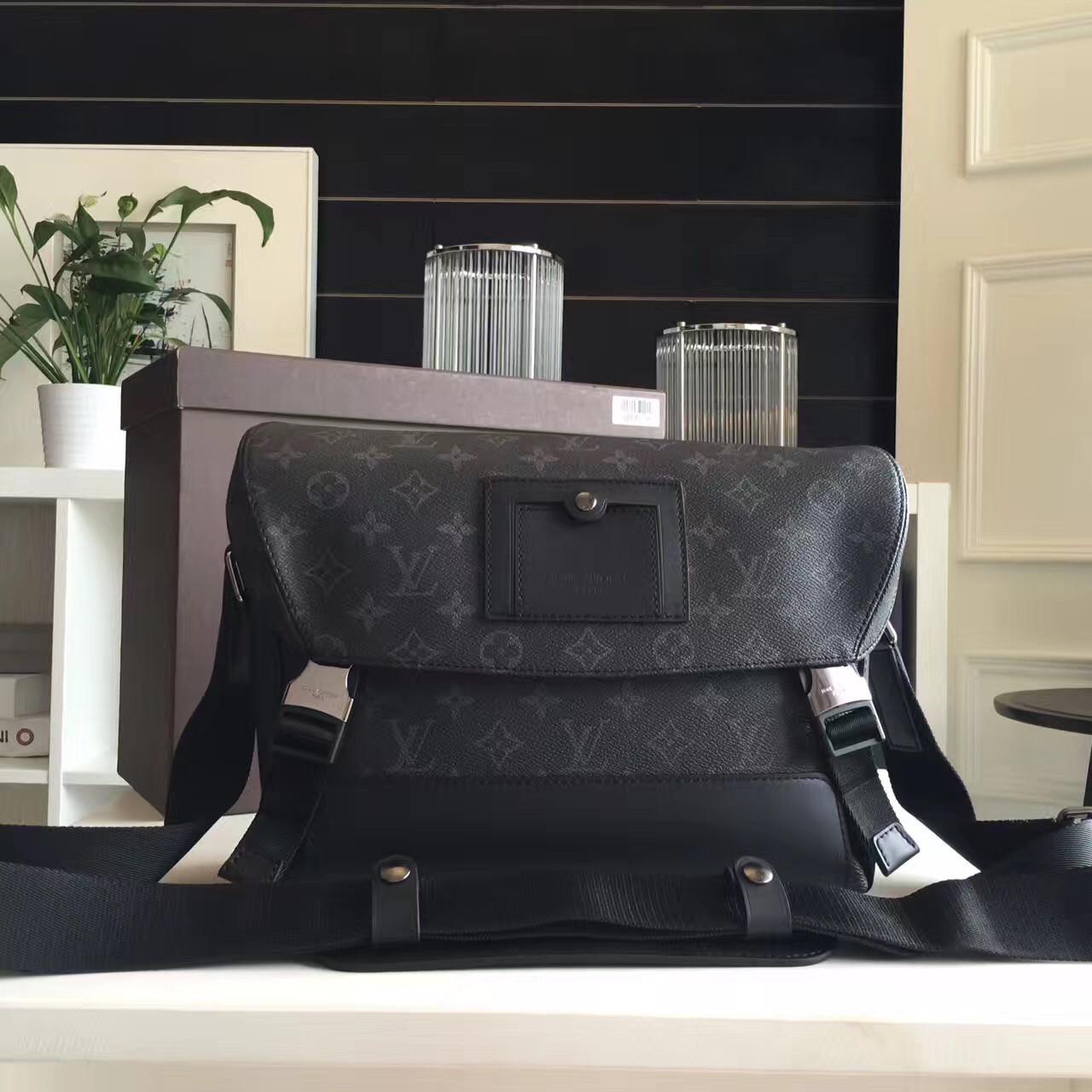 Мужской мессенджер - Louis Vuitton Voyager PM