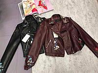 Женская курточка из эко кожи с вышивкой