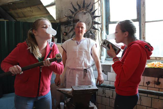 Посвящаемся в кузнецы - испив целебную настойку из кузнечного молота.