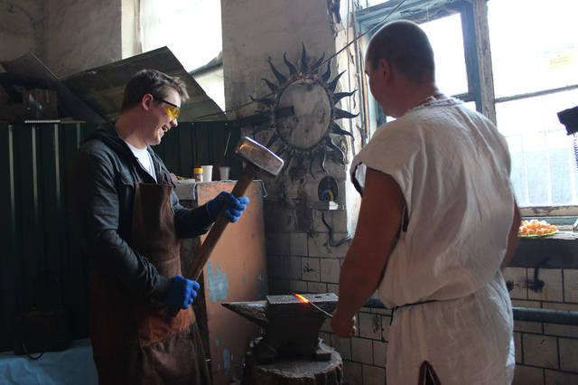 Каждый принимает непосредственное участие в изготовлении сувенира своими руками