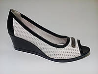 Женские туфли кожаные на удобной танкетке белого цвета