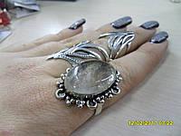Кольцо с натуральным камнем рутиловый кварц в серебре.