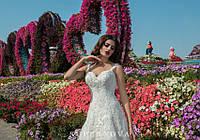 Обворожительное свадебное платье А-силуэта с глубоким декольте и шлейфом на кокетке