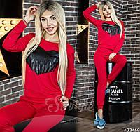 Спортивный костюм красного цвета, декорирован кожаной нашивкой-сердце с бахромой.