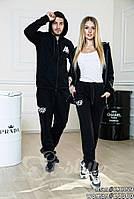 Шикарные спортивные наряды популярного бренда для ультрамодных пар. Костюмы черного цвета с белой надписью.