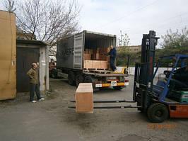 Прибытие и разгрузка очередного контейнера с оборудованием для металлообработки.