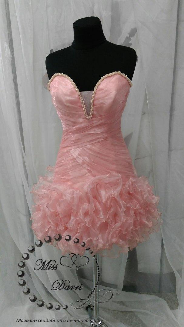 Коктейльное вечернее платье короткое персиковое с рюшами