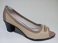 Туфли женские кожаные на каблуке бежевого цвета