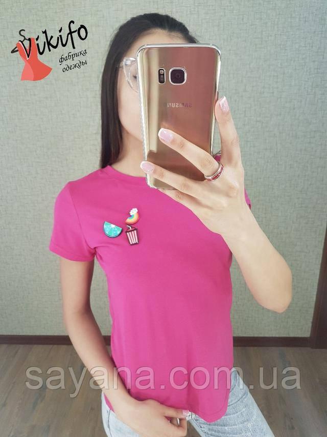 Женская стильная футболка с брошками