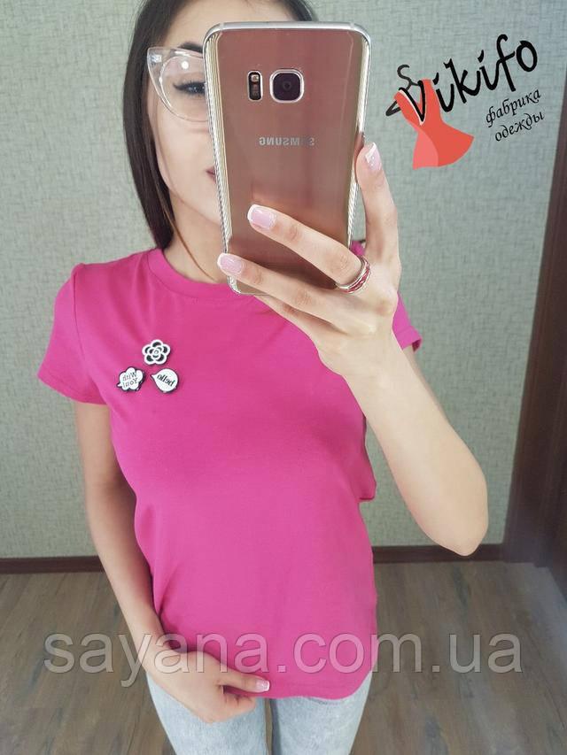 Крутая женская футболка с брошками