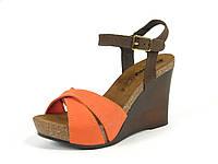 Женские кожаные модные оранжевые босоножки на танкетке Inblu