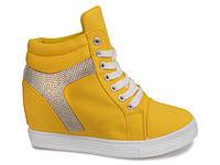 Яркие сникерсы желтого цвета