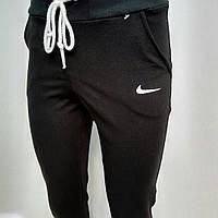 Женские спортивные штаны Nike.