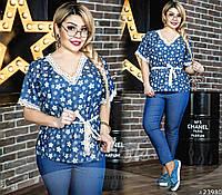 Идеальное сочетание комфорта и стиля соединилось в данном образе. Облегающие синие брюки и блуза с поясом.