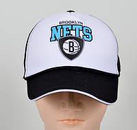 Стильная кепка с разными логотипами
