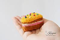Кусочек тортика (сухое валяние)