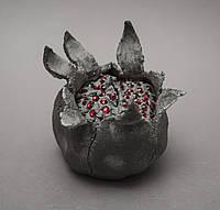 Декоративный грант. Раскрытый гранат с красными гранулами. Декоративная керамика. Художественная керамика