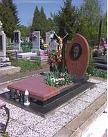 Одиночный гранитный памятник с крестом
