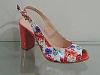 Элегантные женские босоножки на каблуке с цветочным принтом